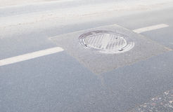 Manhole pokrywa na drodze fotografia royalty free