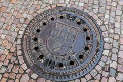 Manhole z emblematem Praga w historycznym centrum miasta Zdjęcia Stock