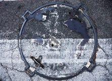 Manhole z metal pokrywą z zebry ocechowania linii na nim skrzyżowaniem Fotografia Royalty Free