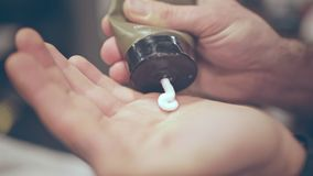 Manhudomsorg Efter rakningkräm Manlig skincare Manlig kosmetisk produkt lager videofilmer