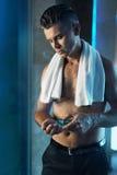 Manhudomsorg, når att ha rakat framsidan Man som använder lotion i badrum royaltyfria bilder