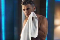 Manhudomsorg, når att ha rakat Rörande framsida för man i badrum royaltyfri foto