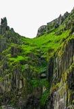 Manière atlantique sauvage Irlande : La rivière spectaculaire du vert se renverse au-dessus de la roche rocailleuse inhospitalièr photo stock