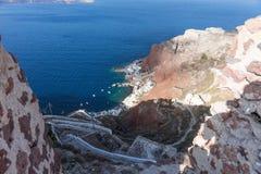 Manière au port de baie d'Amoudi en île de Santorini Image stock