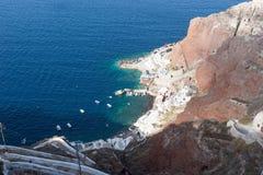 Manière au port de baie d'Amoudi en île de Santorini Photo stock