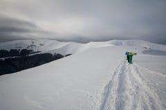 Manière au sommet d'arête neigeuse de montagne avec la hausse de touristes Photo libre de droits