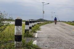 manière avec la bicyclette brouillée de tour d'homme Photo libre de droits