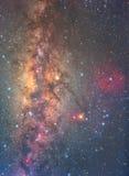 Manière clairement laiteuse sur le ciel nocturne avec million d'étoile et nebul rouge image stock