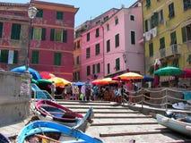 Manière de l'Italie Vernazza vers le bas à la plage photographie stock libre de droits