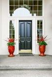 Manière de luxe d'entrée de maison extérieure avec le porche concret de plancher Photos stock