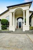 Manière de luxe d'entrée de maison extérieure avec le porche concret de plancher Images stock