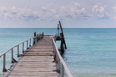 Manière de marche en bois menant au littoral Photographie stock