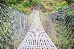 Manière de pont de rivière à la montagne Photographie stock