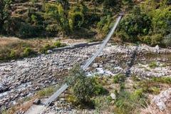 Manière de pont de rivière à la montagne Images stock