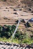 Manière de pont de rivière à la montagne Photographie stock libre de droits