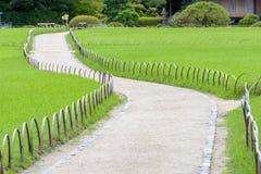 Manière de promenade dans Korakuen, jardin japonais Photo stock