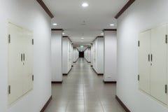 Manière de promenade dans le bâtiment image libre de droits