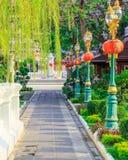 Manière de promenade et dans la ligne lanterne dans les temples Photographie stock libre de droits