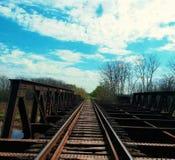 Manière en bas des voies de train image stock