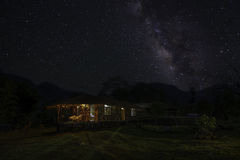Manière laiteuse au-dessus de hutte tribale Image stock