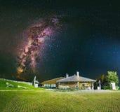 Manière laiteuse au-dessus de la maison de montagne sur la montagne Vlasic Photographie stock libre de droits