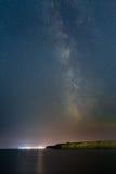 Manière laiteuse au-dessus de la station de vacances de Vama Veche chez la Mer Noire Images libres de droits