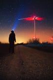 Manière laiteuse au-dessus de la turbine de vent, phénomène naturel de pluie de météores de Geminids photographie stock