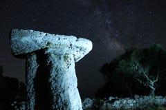 Manière laiteuse au-dessus des ruines antiques photo libre de droits