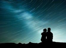 Manière laiteuse avec la silhouette des personnes Paysage avec le ciel étoilé de nuit Homme et femme debout sur la montagne avec  Images libres de droits