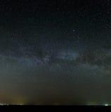 Manière laiteuse de galaxie dans le ciel nocturne avec les étoiles lumineuses Astrophotog Photographie stock