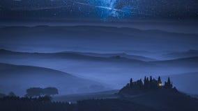 Manière laiteuse de stupéfaction au-dessus de ferme brumeuse en Toscane, Italie banque de vidéos