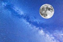 Manière laiteuse et la pleine lune Image stock