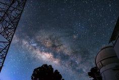 Manière laiteuse et observatoire, image stock