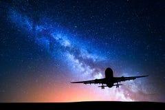 Manière laiteuse et silhouette d'un avion Photographie stock