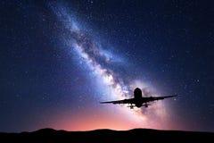 Manière laiteuse et silhouette d'un avion Photographie stock libre de droits