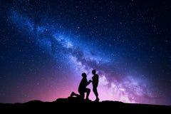 Manière laiteuse Paysage de nuit avec des silhouettes d'un couple Photos libres de droits