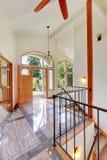 Manière lumineuse gentille d'entrée d'autoguider avec le hauts plafond voûté, plancher de tuiles et escalier images stock