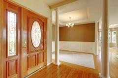 Manière lumineuse gentille d'entrée d'autoguider avec le plancher en bois dur photo libre de droits