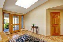 Manière lumineuse gentille d'entrée d'autoguider avec le plancher en bois dur et la couverture Image libre de droits