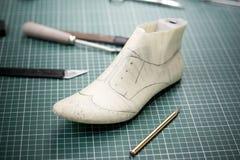 Manière traditionnelle de faire une chaussure Photographie stock libre de droits