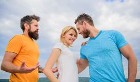 Manières d'être homme pour votre amie Support de fille entre deux hommes Couples et associé rejeté Ami sélectionné par femme photographie stock libre de droits