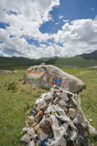 mani向西藏扔石头 免版税库存照片
