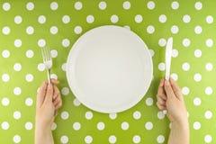 Mani alla tavola con l'insieme vuoto fotografia stock libera da diritti