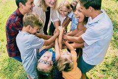 Mani ammucchianti del gruppo emozionante dei bambini di estate Fotografie Stock