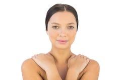 Mani attraenti della donna sulla spalla che sorride alla macchina fotografica Fotografia Stock Libera da Diritti