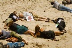 Mani attraverso il raduno della sabbia Fotografie Stock