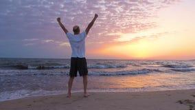 Mani in aumento del riuscito uomo ed esaminare alba su vista sul mare video d archivio