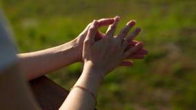 Mani ben curato di un primo piano della ragazza video d archivio