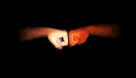 Mani in bianco e nero che vengono insieme Fotografia Stock