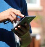 Mani casuali del ` s dell'uomo facendo uso della cote mobile Immagini Stock